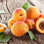 abricots-sur-une-table-en-bois