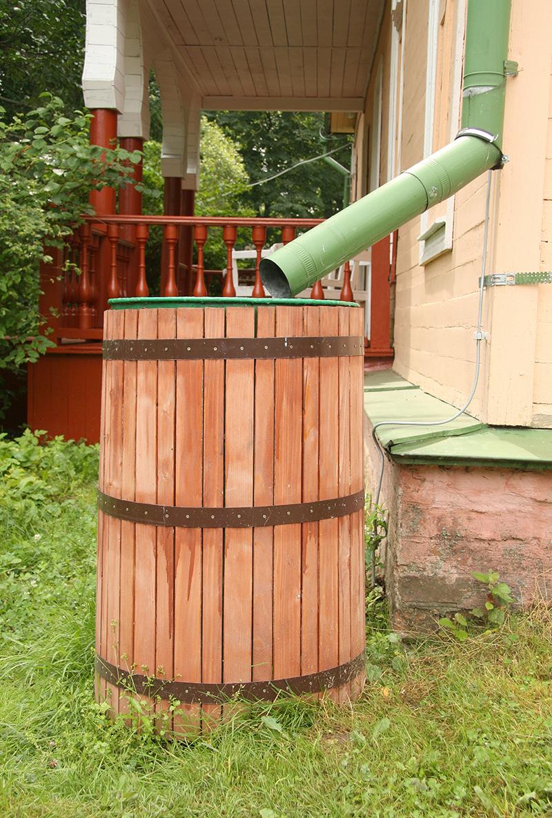 Un r cup rateur d eau de pluie pour arroser votre jardin blog oleomac - Un broc d eau ...