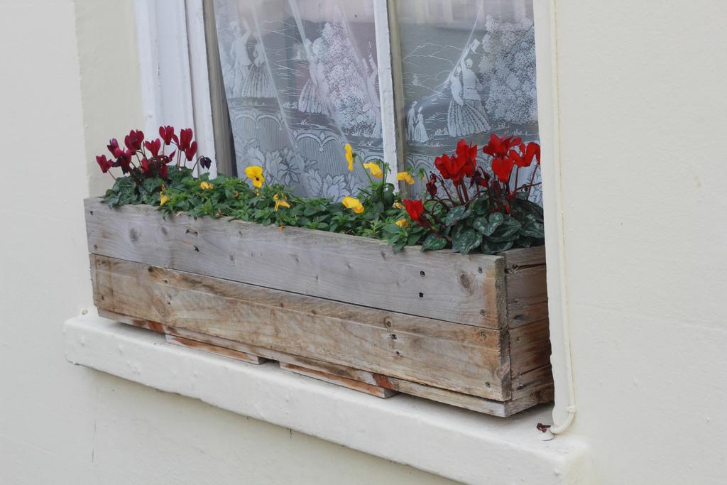 jardiniere palettes elegant crer une jardinire partir dune palette with jardiniere palettes. Black Bedroom Furniture Sets. Home Design Ideas