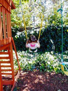 enfant jardin balancoire